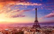 En admiration devant la Tour Eiffel?