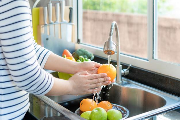 Bien ou mal de laver ses aliments avant consommation ?