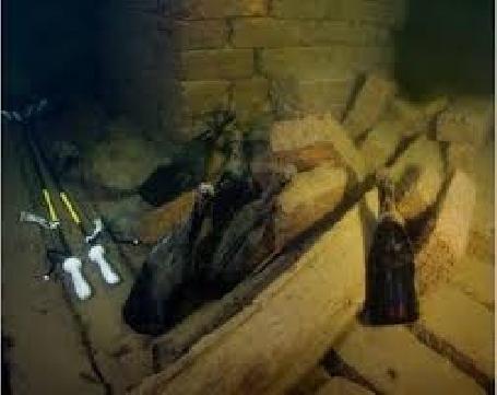 Bouteilles de champagne français de 170 ans trouvées dans l'épave d'un navire
