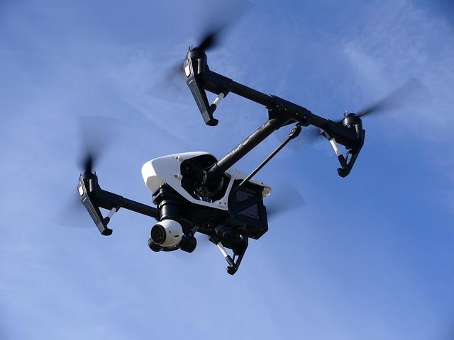 Un drone passe peu avant un atterrissage à l'aéroport de Roissy