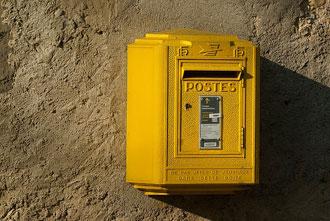 Quelles informations devraient être incluses dans l'adresse postale?